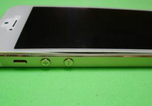 バッテリーが膨張し画面が浮き上がったiPhone