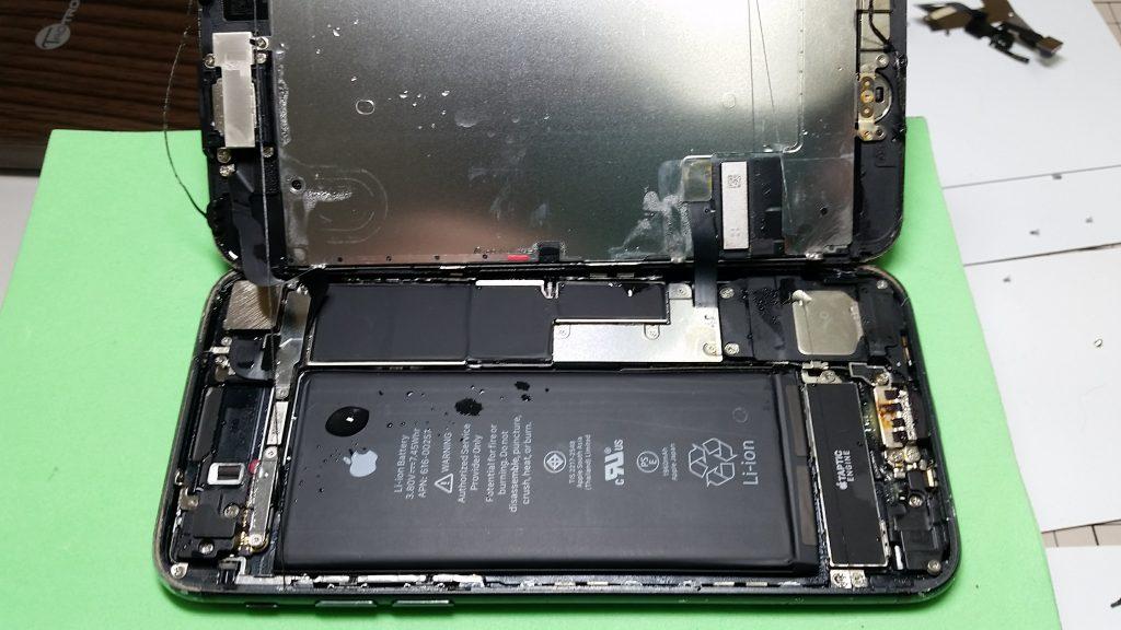 水がたまりサビ始めたiPhoneの内部