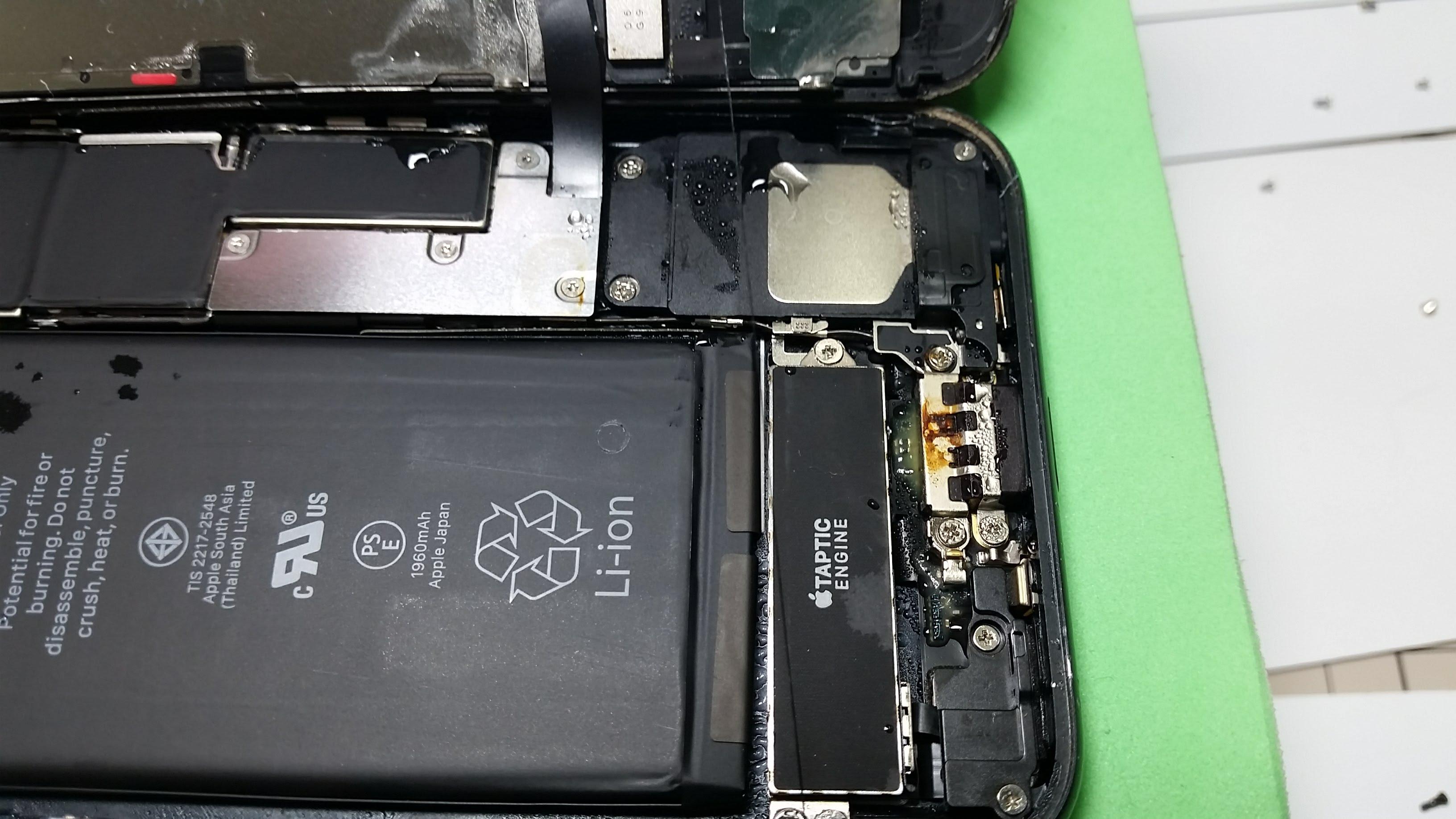 ドックコネクタが錆びてしまっているiPhone