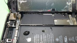大きな水滴が残っているiPhone