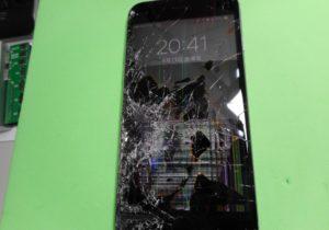 画面が酷く割れて液晶漏れしているiPhone