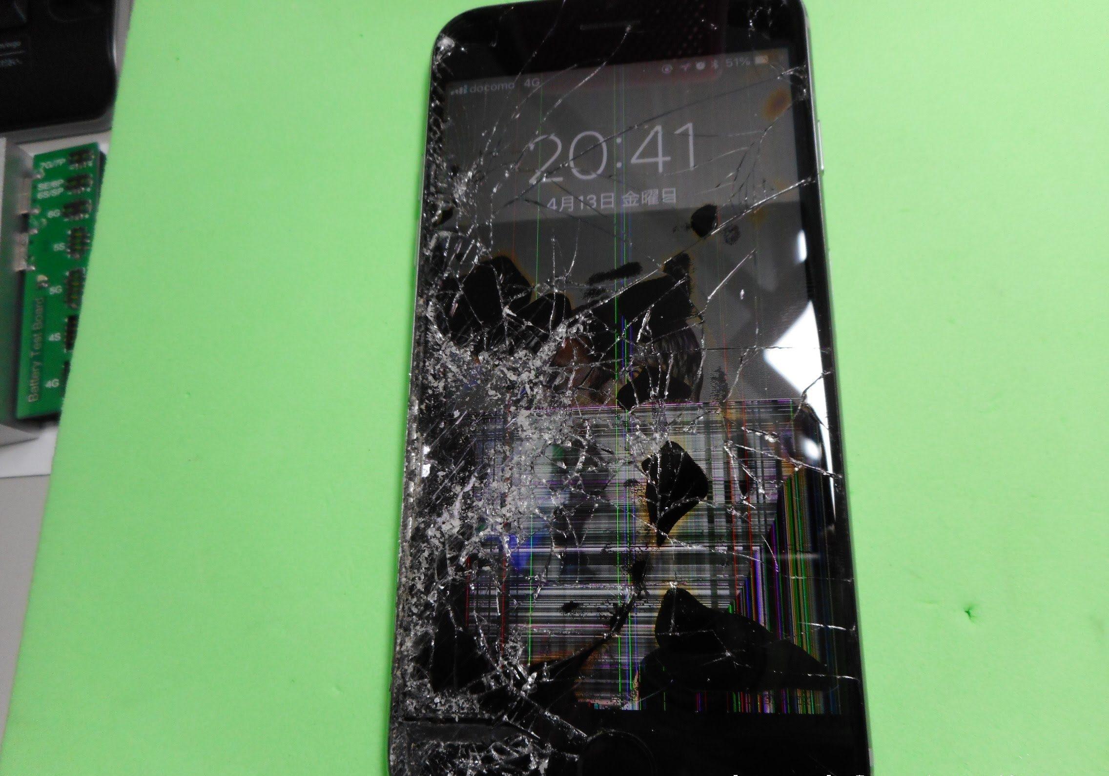 自転車に巻き込まれて画面がバキバキになってしまったiPhone6s