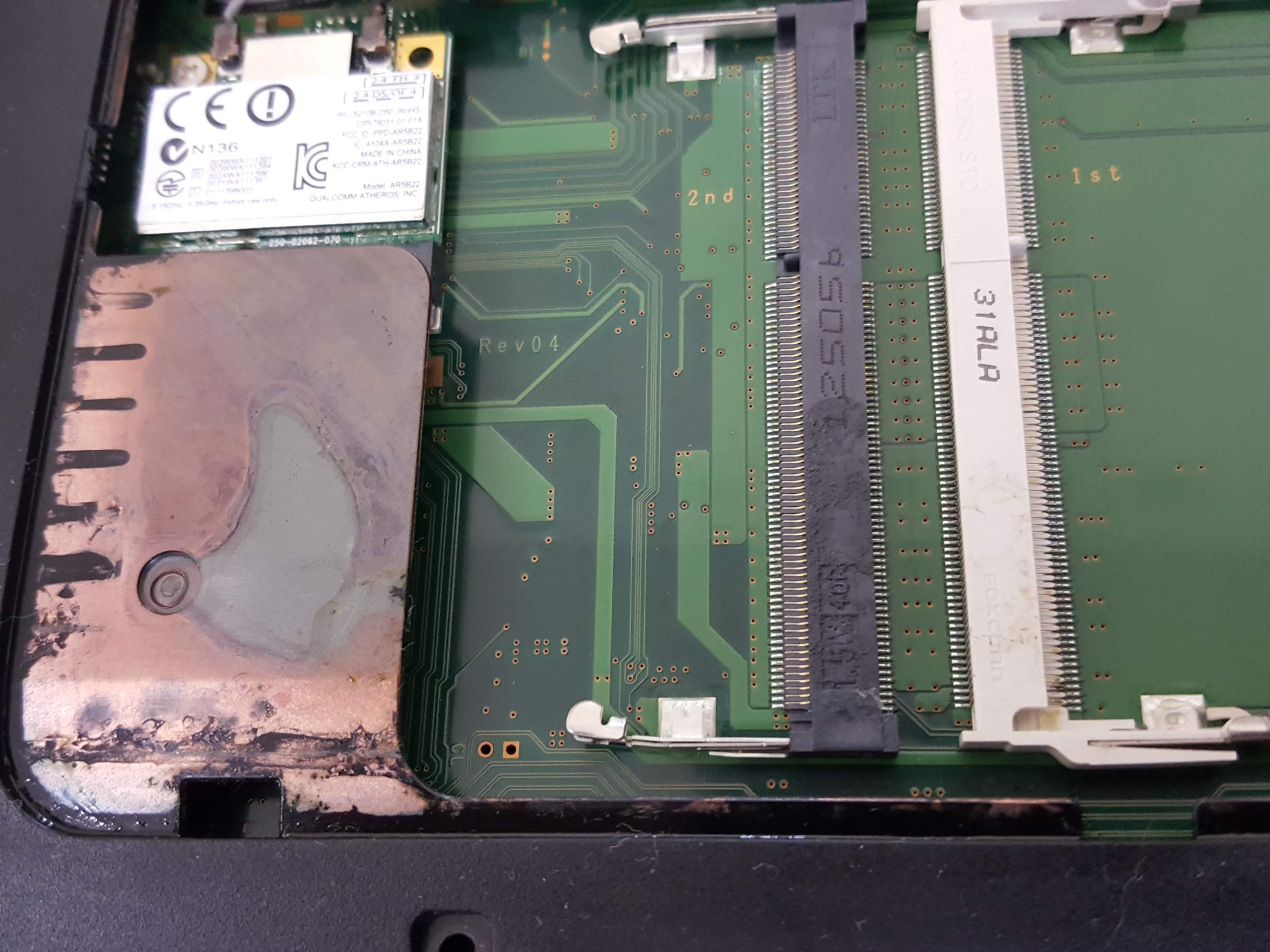 内部基盤が汚れてしまっているノートパソコン