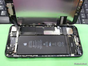 水没マークが反応しているiPhoneの内部
