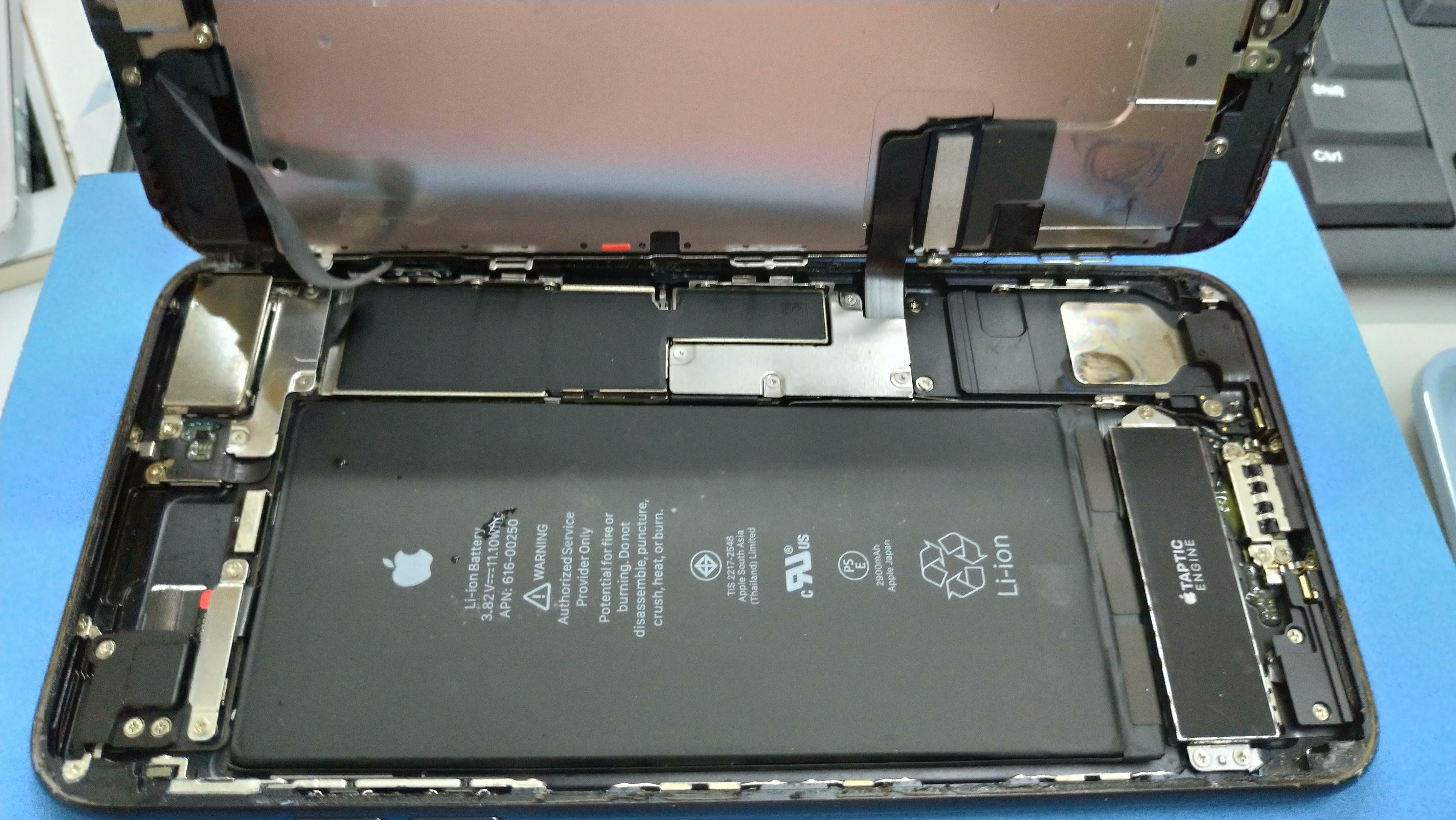 水没シールが反応しているiPhone7plusの中身