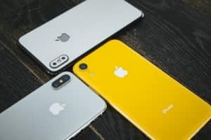 iPhone3台が寄り添う画像