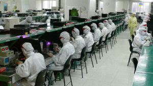 iPhone部品をテストする人たち