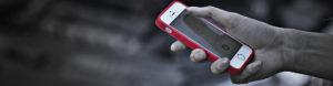 スマートフォンを片手に持つ人の手