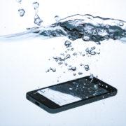 水没していくスマートフォン